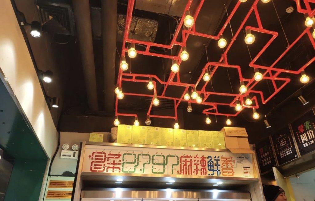 天花板裝潢的巧思-象徵不規則形狀的地鐵管子