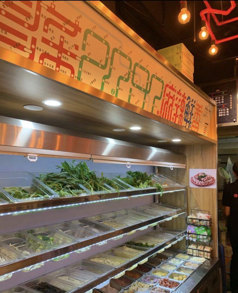 冰箱上的示意圖將每個菜名作成地鐵圖彎曲的樣子,拼湊出冒菜2797的圖案