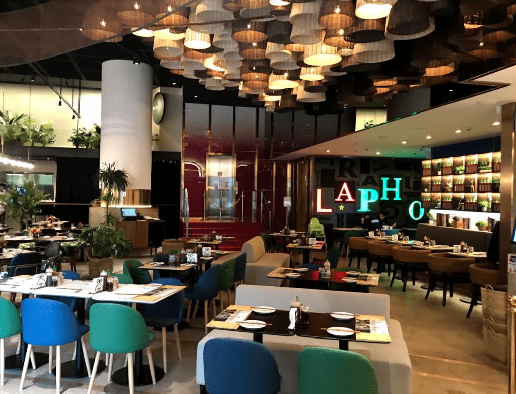 許多竹簍的LA PHO餐廳設計
